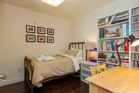 Your Private Bed and Bath, Steps Away from 17 Ave - Calgary - Osakehuoneisto