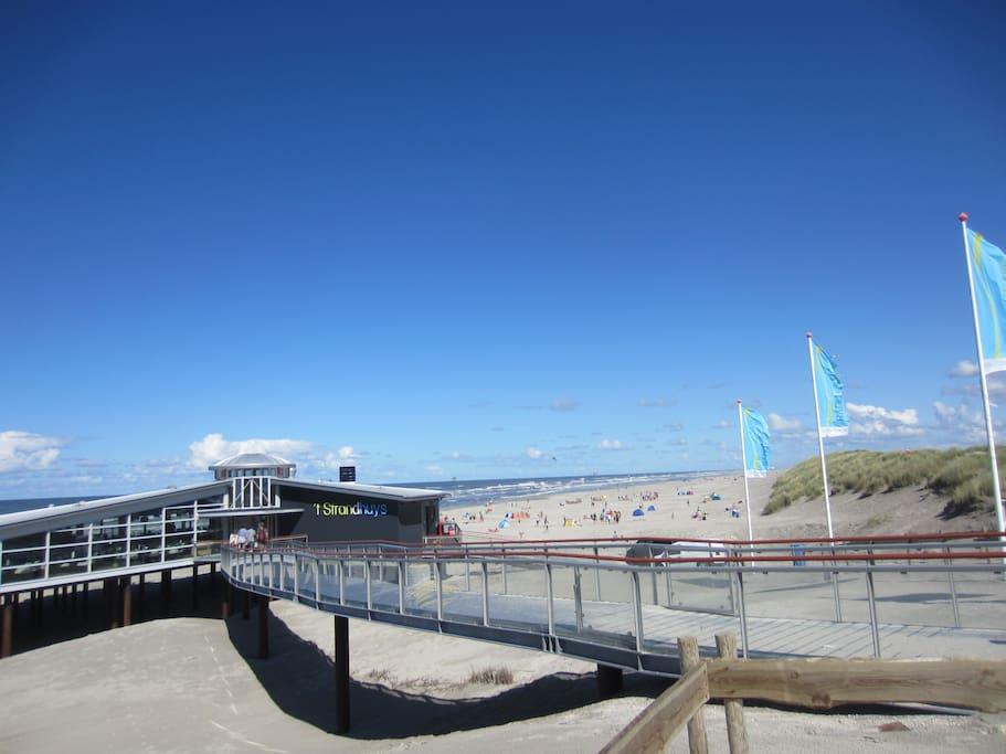 """Op enkele minuten bevindt zich de strandopgang met een leuke strandtent """"Strandhuys"""""""