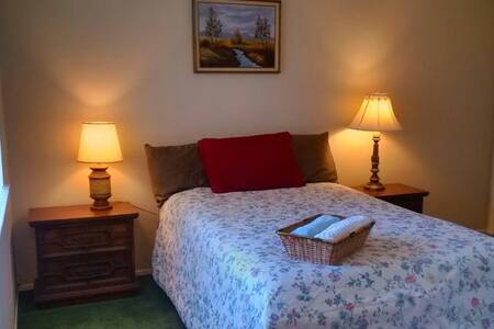 Cozy Room: Comfortable Bed and Nice Yard View - Fountain Valley - Hus