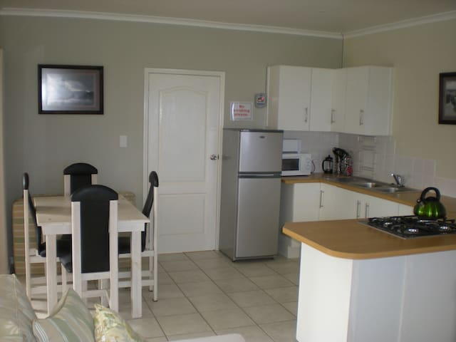 Trade Winds Self Catering Cottage. - L'Agulhas - Bungalow