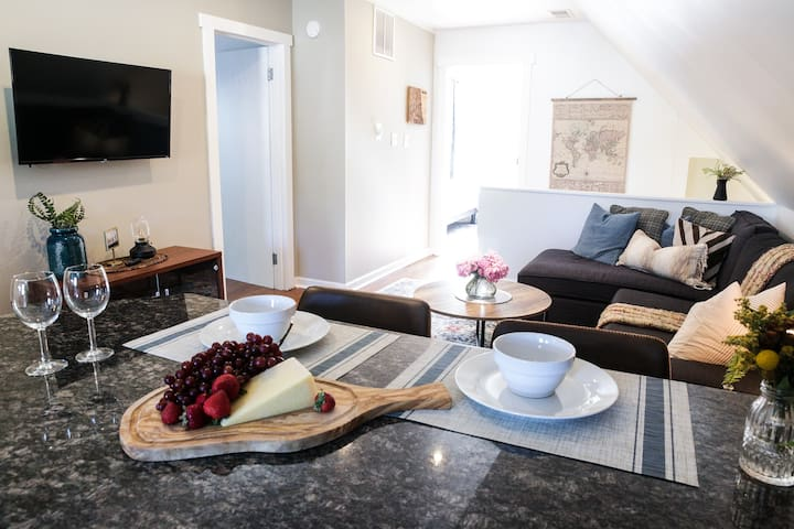 Stylish 2BR, Easy Access to City & Train + Parking