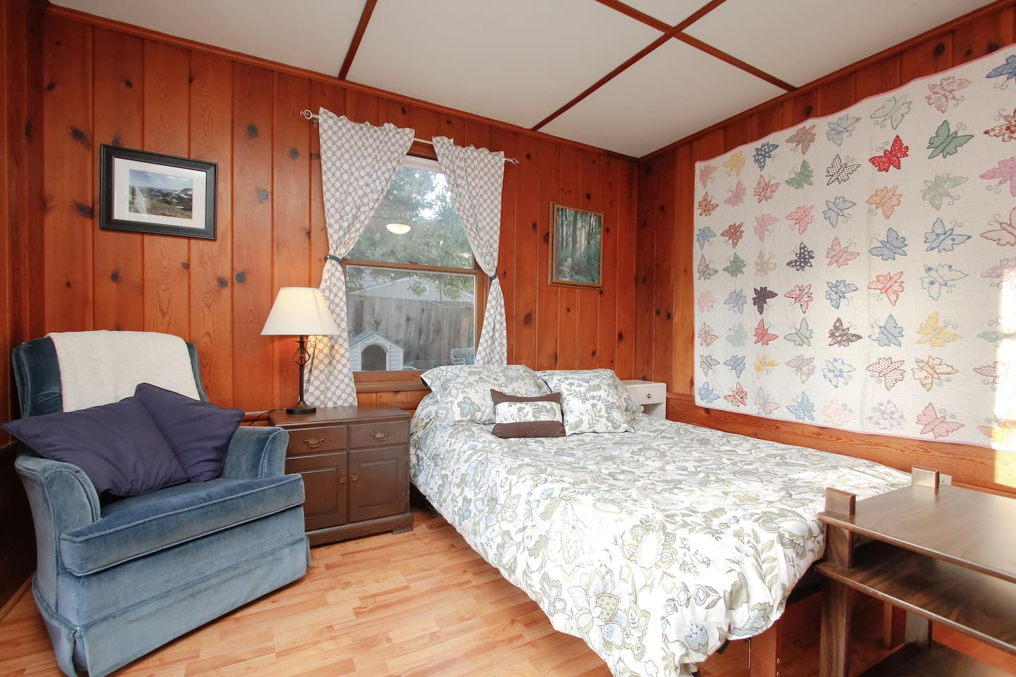 Cozy Guest room with Queen sized Futon Bed