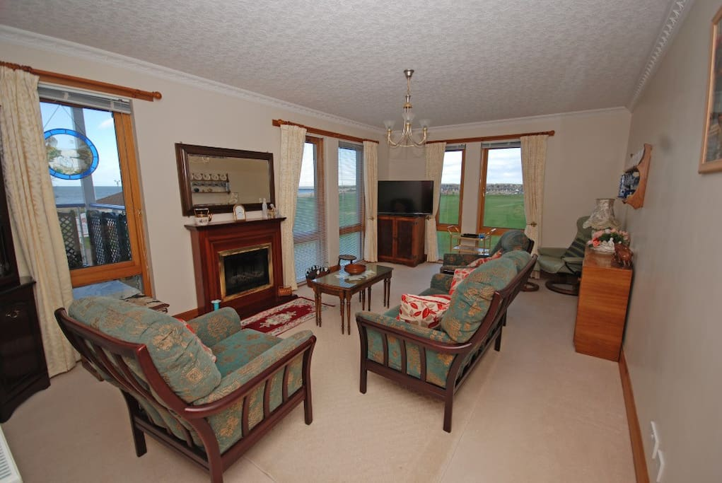Comfortable lounge with extensive views over the beach and the links