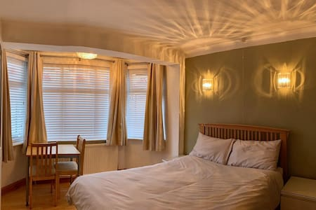 Large Spacious Cosy Double Room - Newly Decorated