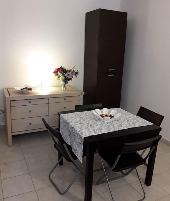 tavolo e frigorifero