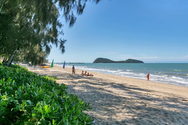 Palm Cove Tropical Getaway - 5 min walk to Beach