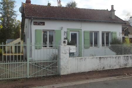 Maison individuelle dans village authentique.