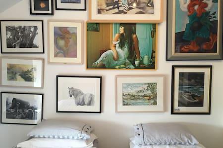 Beautiful Art gallery apartment. - Gort - Apartamento
