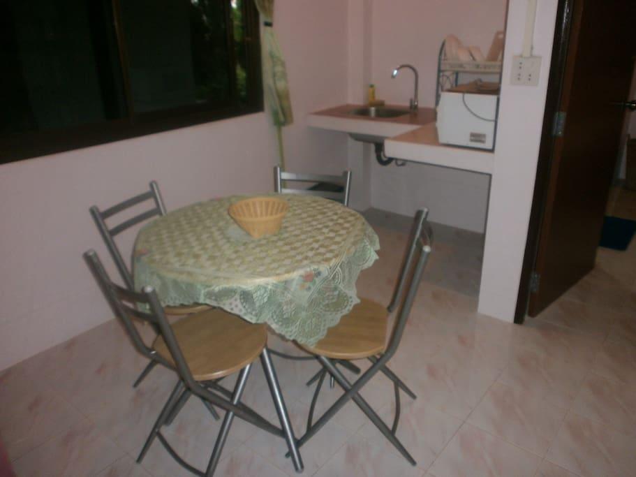 Coin cuisine, équipé: Bouillard, taster, micro onde, vaisselles. 1Table, 4 chaises