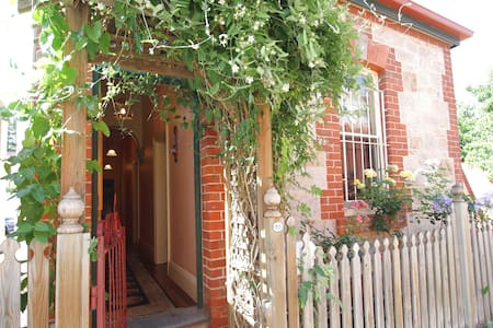 Chapel Cottage - 2 bedroom Nth Adel - North Adelaide - Casa