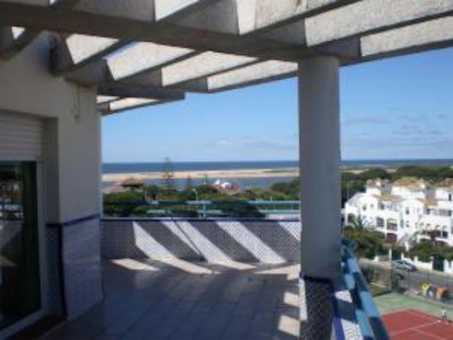 La terraza da la vuelta a todo el apartamento