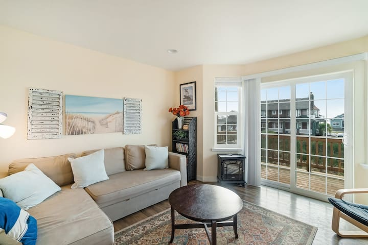 Family-friendly home w/ two balconies, ocean views - walk to the beach!