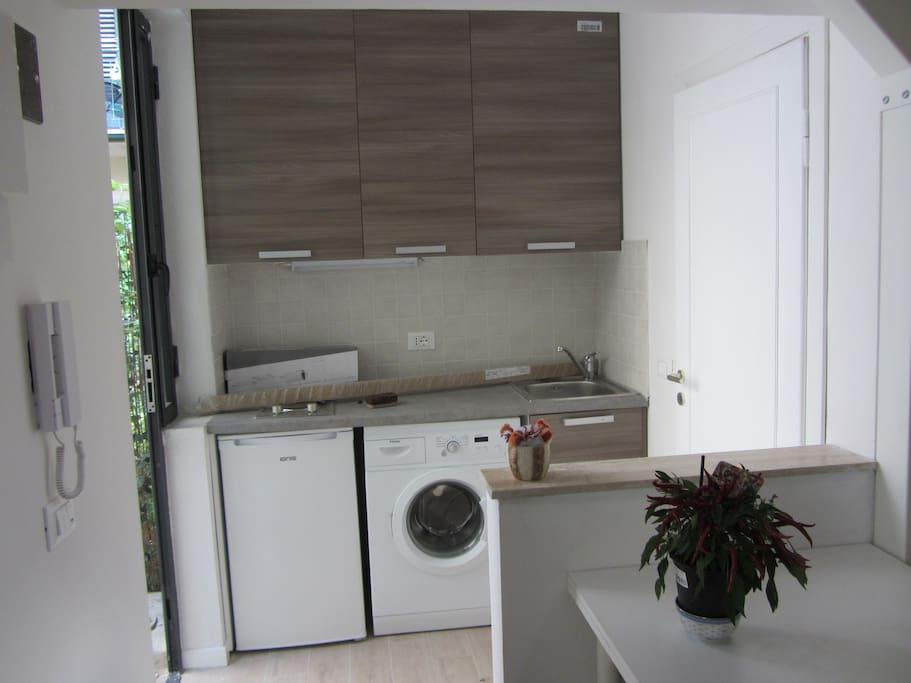 Cucinotto separato provvisto di fornetto elettrico, frigo e lavatrice
