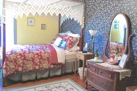 The Tuccamirgin Room at the Widow McCrea House - Frenchtown - Bed & Breakfast