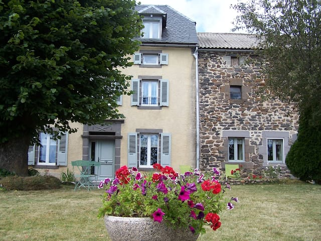 maison de caractere  4 etoiles 10-12 pers+3 bébés - Saint-Flour - Casa