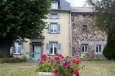 maison de caractere  4 etoiles 10-12 pers+3 bébés - Saint-Flour - Rumah