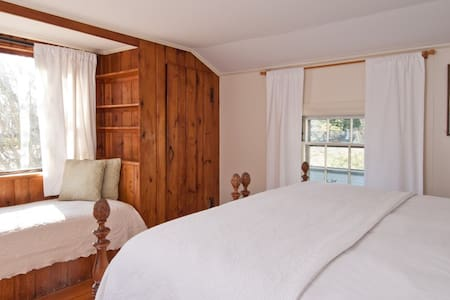 King Apartment w/ Private Entrance - Newport - Apartment