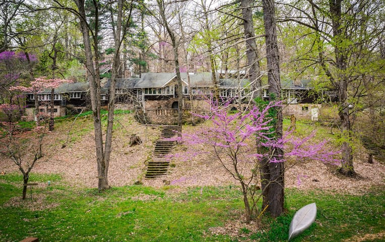 Meramec River Retreat Lodge  with a view