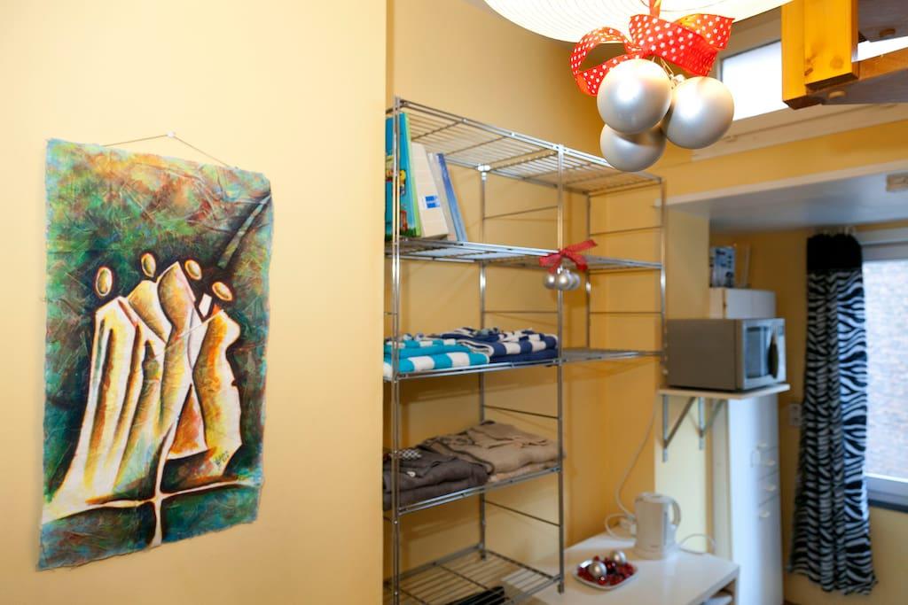 étagères de rangement et mise à disposition de draps de bain