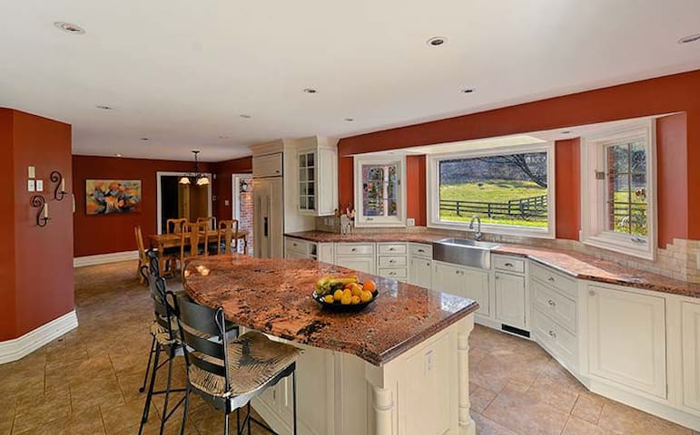 Private, suite with deck in stunning country home - Cedar Valley