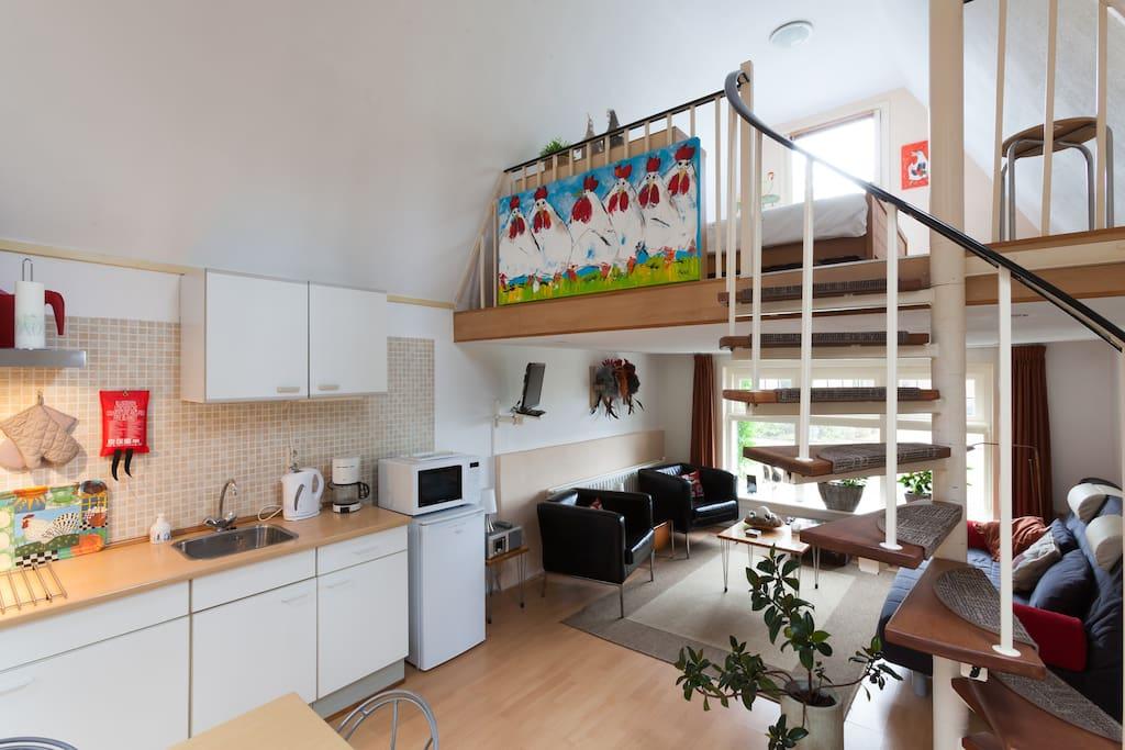 zicht op deel van keuken, zitgedeelte en vide