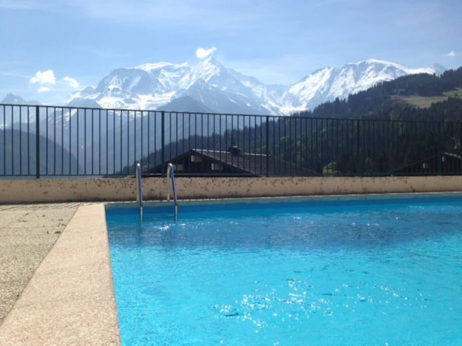 piscine avec vue sur le massif du mont blanc