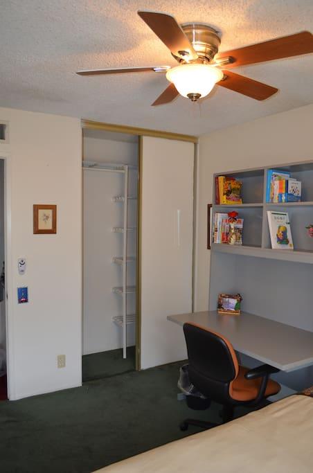 Closet and bookshelf衣橱和书架