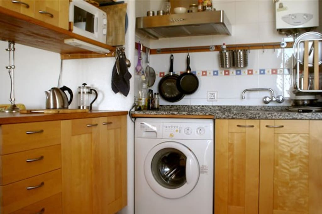 Fully uequipped kitchen with stove, micovawe oven, kettle, toaster and all utensils for cooking.