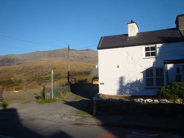 Miners cottage next to Mt Snowdon