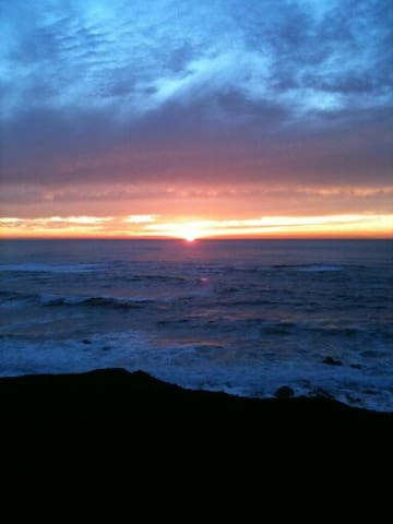 Treasure ON the coast. Sleep w/~~~ (the waves) ! - Moss Beach - Casa