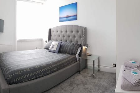 Seafront bright dble rm in luxury courtyard flat