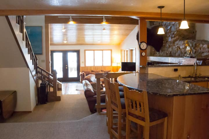 Sizeable Ski Retreat with Wifi, just a short walk to base area