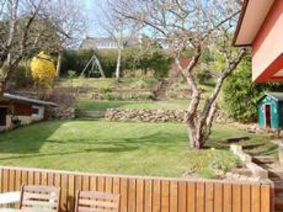 jardin avec balançoire, trampoline, cabane pour enfants, etc... clos