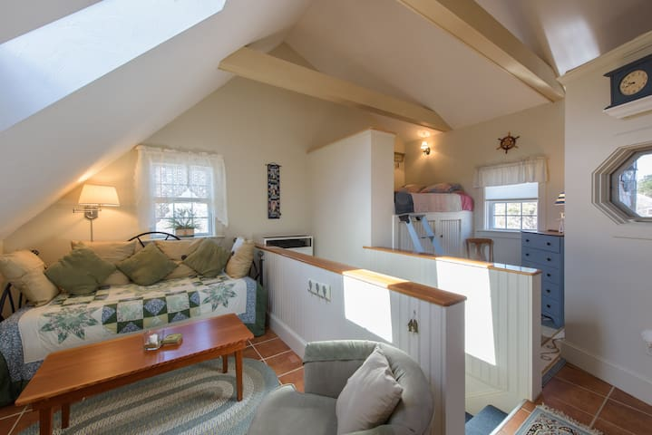 Charming, private studio apartment - Edgartown - Loft