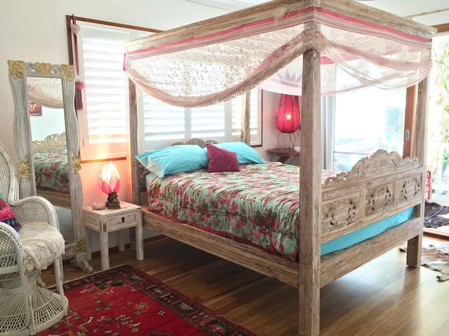 The main bedroom will make you feel like a princess! Four poster Queen size luscious bed to fall asleep to the sound of the ocean. Light filled room with hardwood timber floors which opens onto the large deck. Walk through wardrobe & ensuite with shower