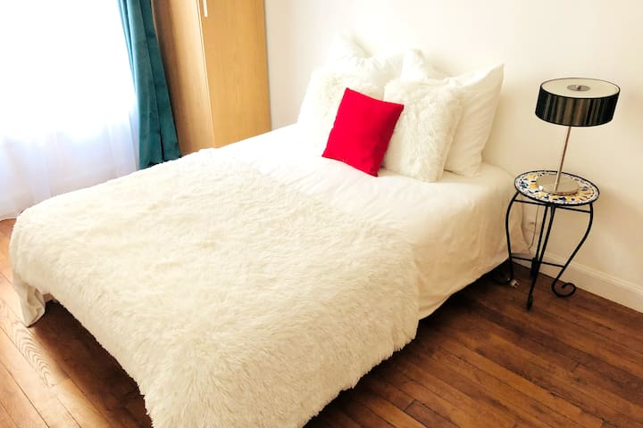 Bright, stylish room in city center metro nearby