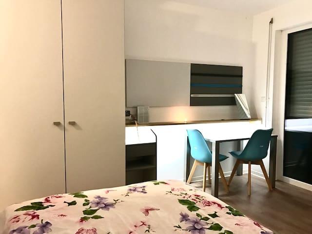 Modernes Appartement, Fitnesstudio, WLAN, Balkon