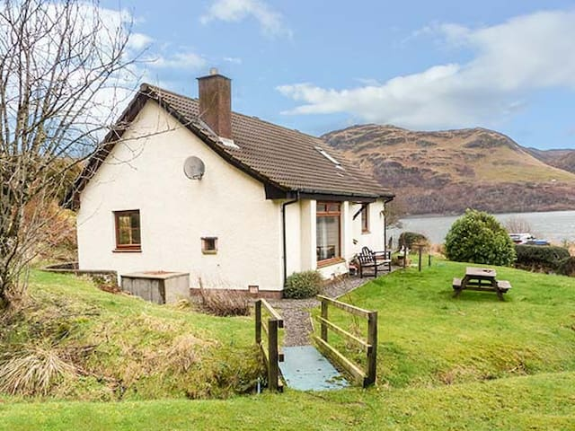 THE CABIN, pet friendly, with a garden in Letterfearn, Ref 925739