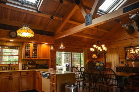 NEW TO MARKET - STUNNING LOG HOME - East Jewett - Casa