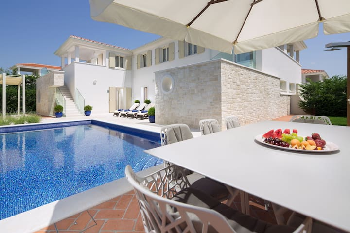 Luxury Villa Melita with pool, garden and grill