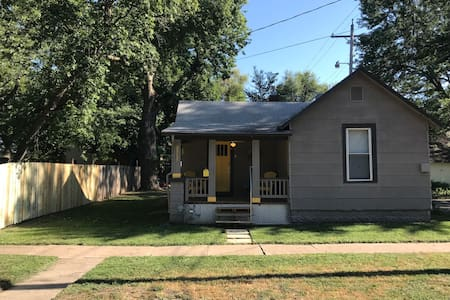 Charming 1908 Bungalow, short/long stays welcome!