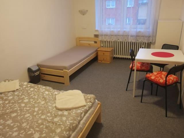 třílůžková ložnice s manželskou postelí