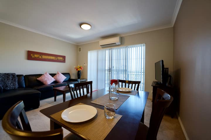 Luxury 1 Bedroom Apartment 10 mins from beaches.