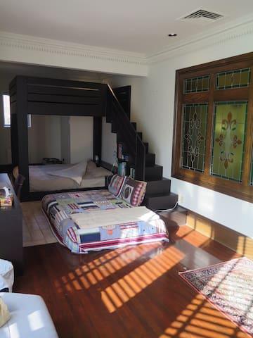 Chambre à coucher avec son lit king et son lit queen (6)