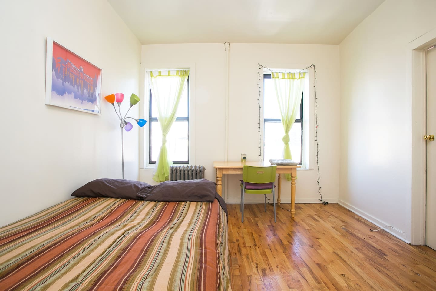 Lovely, clean, bright and spacious room. Plenty of room for 2 people.