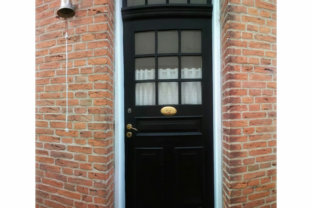 Hoveddøren i stueetagen der fører direkte ind til trappen til gæsteværelserne på 1. sal.