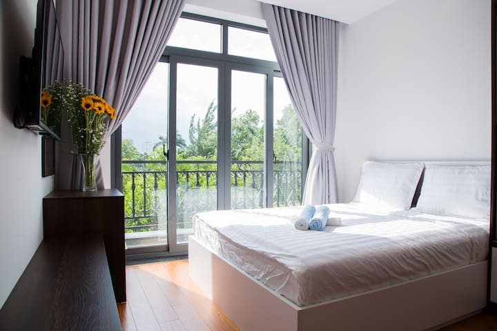 Deluxe room with balcony and park view