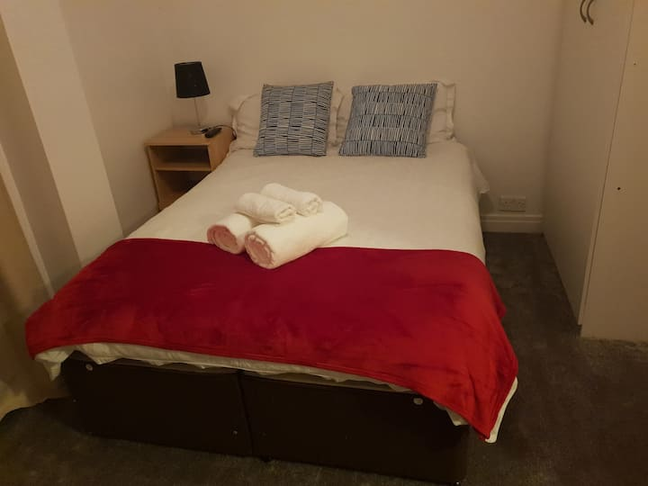 3- Double Room In Clifton Area