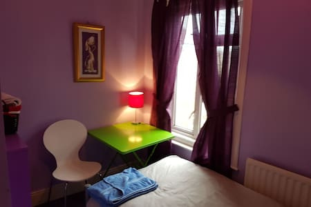 Eastleigh quiet single room in LGBT friendly home - Eastleigh - บ้าน
