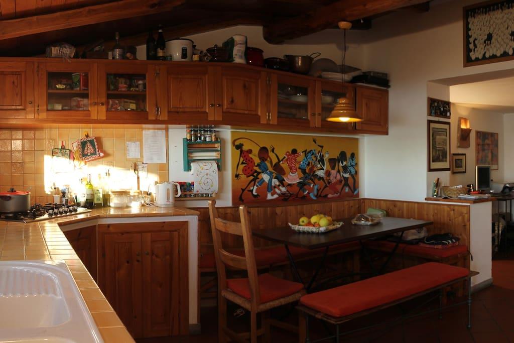 Cucina con angolo soggiorno